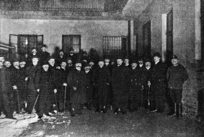 Rendőri razzia a fővárosban. A detektívek között jobbról a hetedik Hetényi Imre riporter, 1905, Reprodukció: Tolnai Világlapja