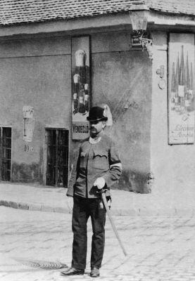 Posztoló rendőr a Nádor utcában egy kocsma előtt 1896 körül. Részlet Klösz György felvételéből, Budapesti Történeti Múzeum Kiscelli Múzeum